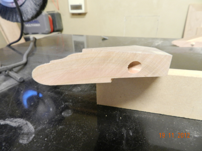 Recess_on_underside_of_miter_top_for diy_hall_table_top_to_overlap_lower_framework
